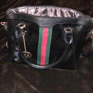 Women's GUCCI purse. Medium roomie size.